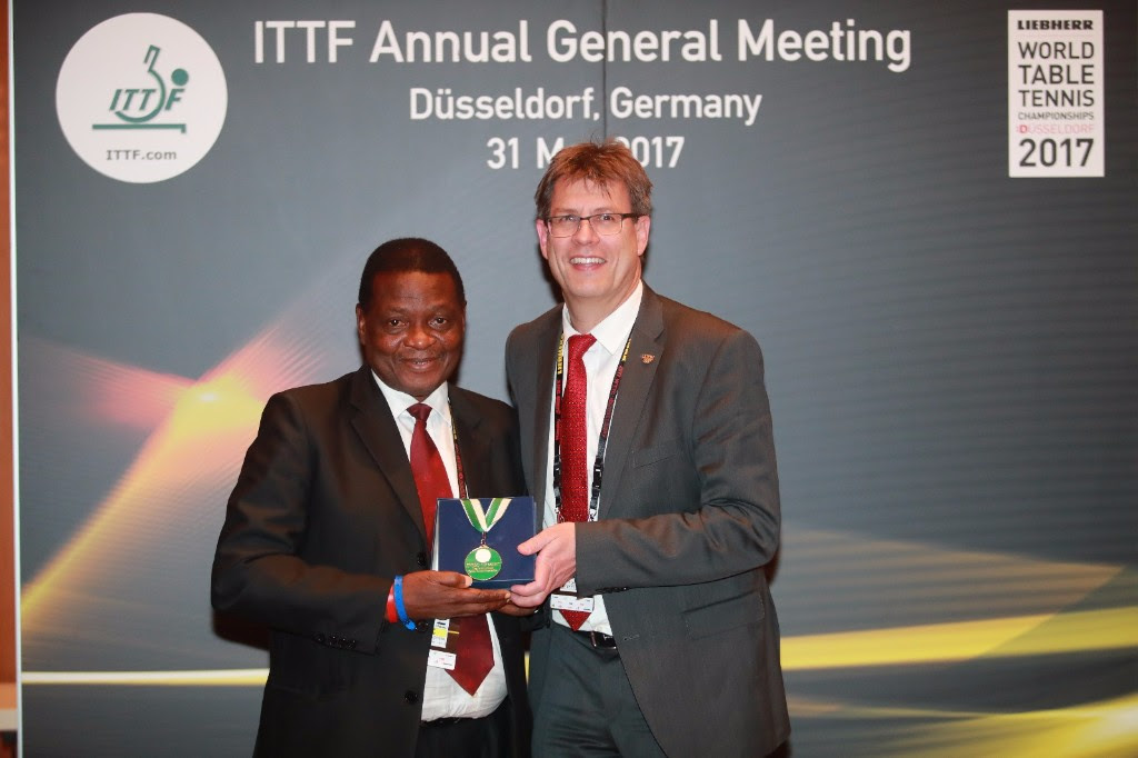 Oladapo, Man recieving award from Thomas Welket